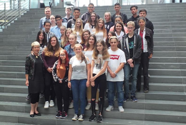 Gabriele Katzmarek begrüßt Schulklasse aus Durmersheim im Bundestag
