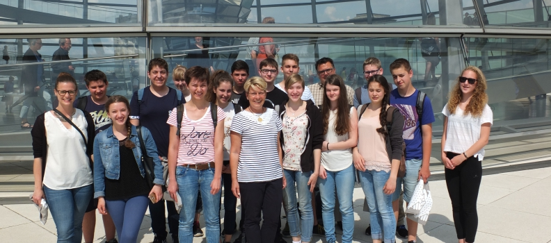 Maria-Victoria-Schule aus Ottersweier zu Gast bei Gabriele Katzmarek im Bundestag