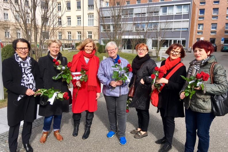 Die Rastatter SPD-Frauen verteilten Rosen am Internationalen Weltfrauentag